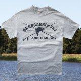 フィッシング・Fishing 半袖 Tシャツ(グレー)/GRABBABREWSKI AND FISH T-shirt(Grey)